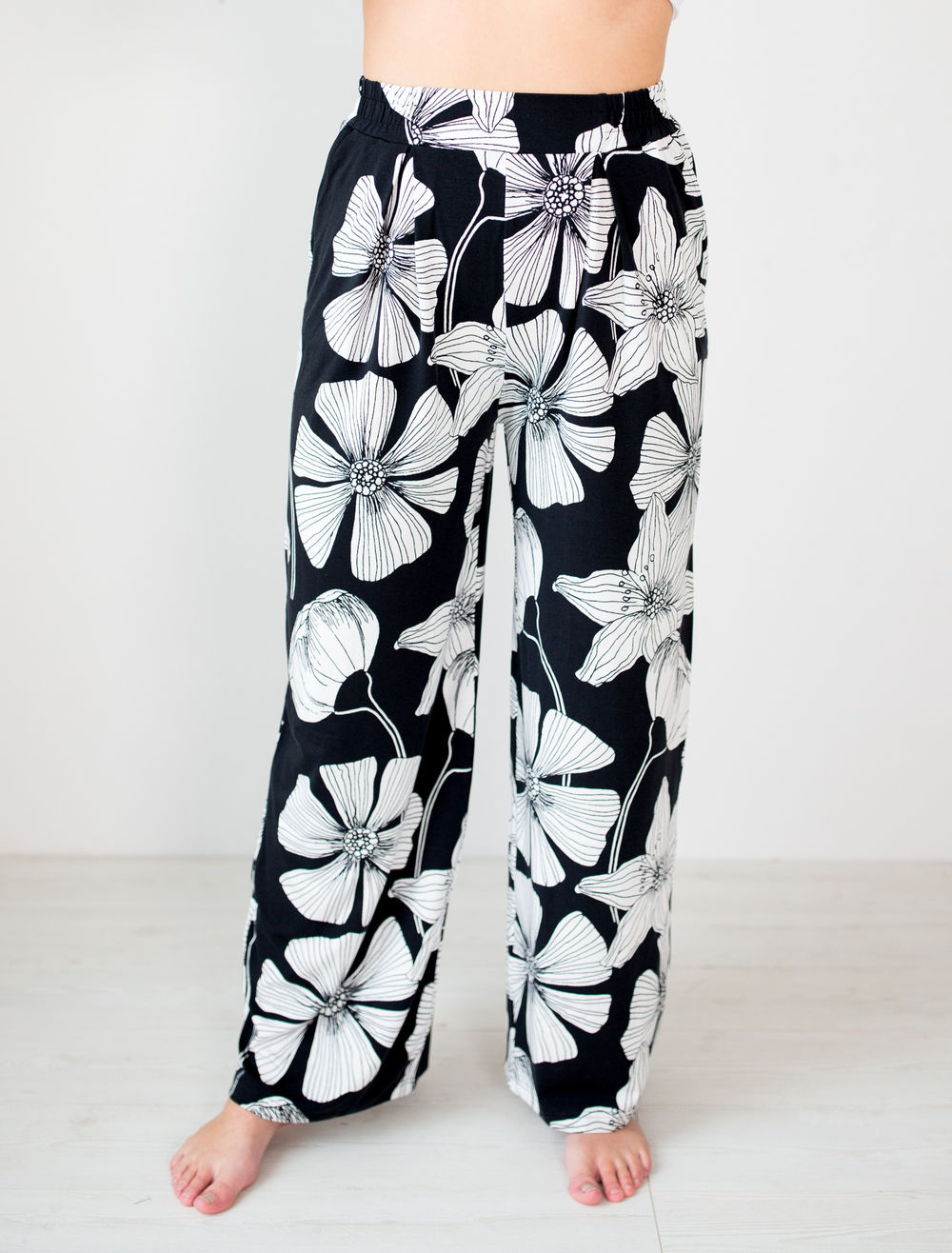 BLAA LOGAN PANTS , BLACK FLOWER (lahkeen sisämitta 76cm)