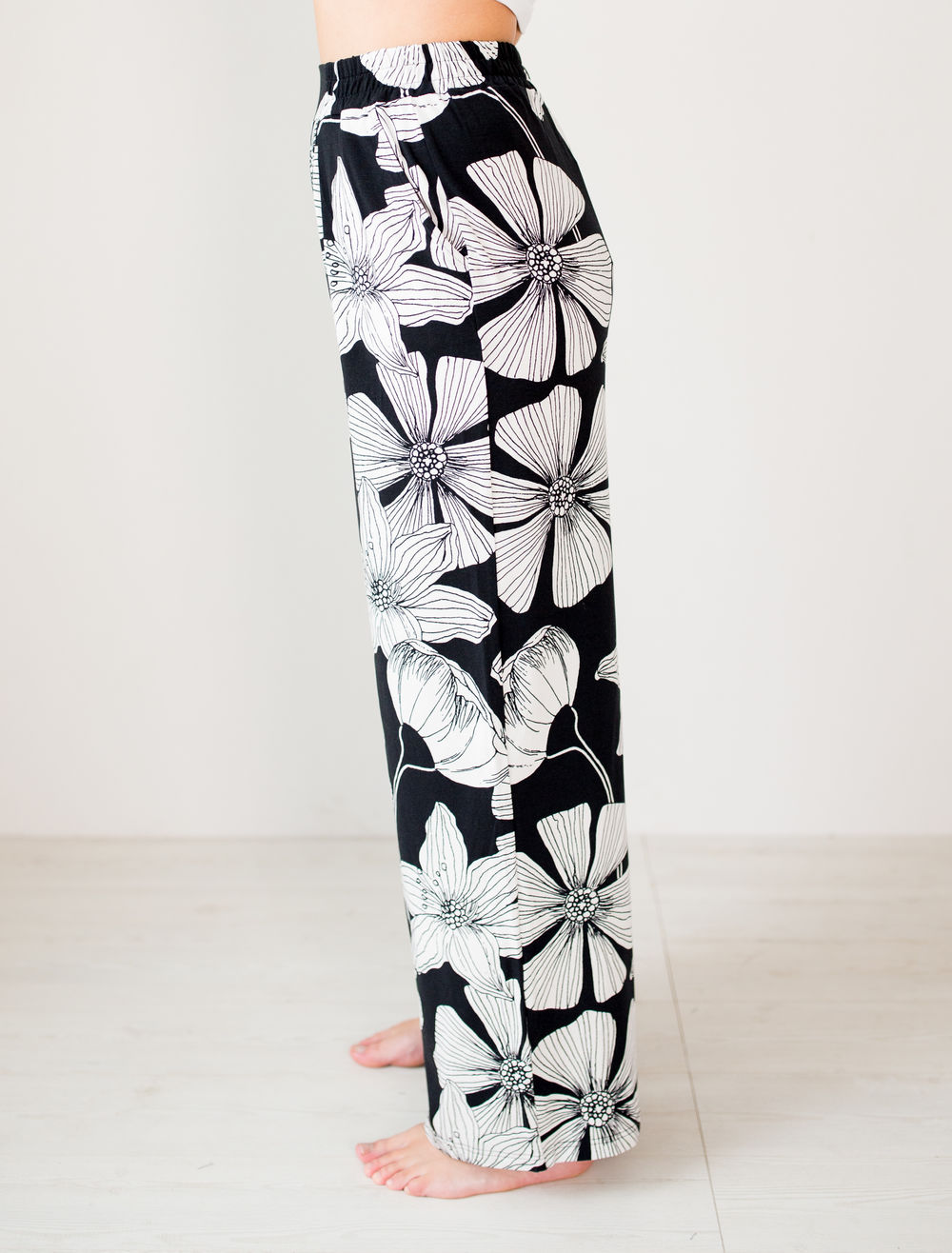 BLAA LOGAN PANTS, BLACK FLOWER (lahkeen sisämitta 82cm)